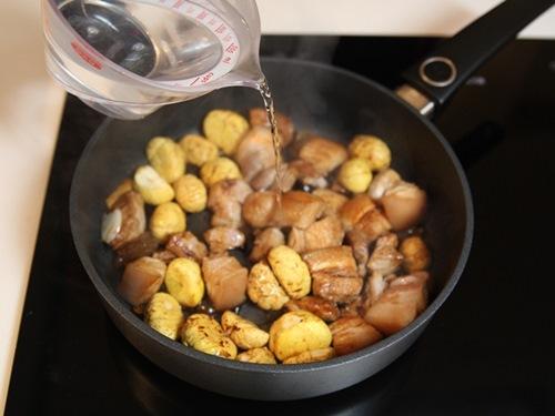 Thịt ba chỉ kho măng, hạt dẻ nóng hổi