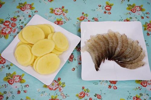 Cách làm tôm cuộn khoai tây chiên
