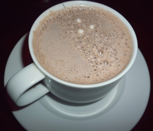 Khi bột ca cao tan hoàn toàn là các bạn đã hoàn thành Cách pha ca cao nóng ngon đúng kiểu rồi đấy. Giờ thì tắt bếp và cho ra cốc thôi nào, cacao nóng khi hoàn thành sẽ có màu nâu nhạt,có mùi ngậy của nước cốt dừa và mùi thơm của bột cacao, thật hấp dẫn phải không?